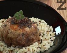 Пълнено пилешко бутче с орехи и стафиди върху див ориз