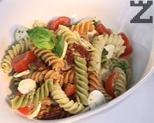 Салата от цветни фусили с чери домати и моцарела
