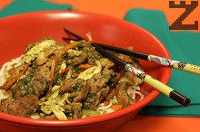 Нудълс със спанак и свинско месо