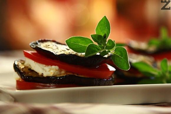 Куличка от печен патладжан със сирене и домат на скара