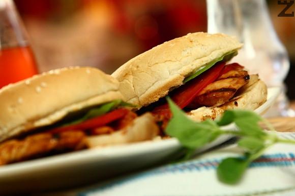 Пилешки бургер на барбекю