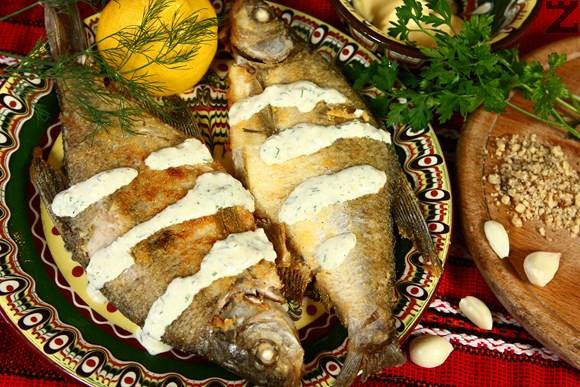 Пържена риба с бял орехов сос