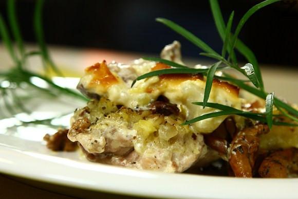 Пилешки пържоли с гъби и картофи на фурна