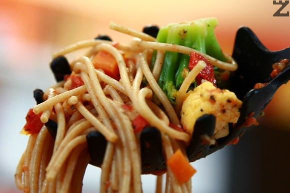 Пълнозърнести спагети с доматен сос и зеленчуци