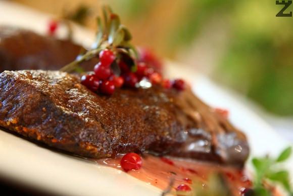 Северен елен със сос от червени боровинки