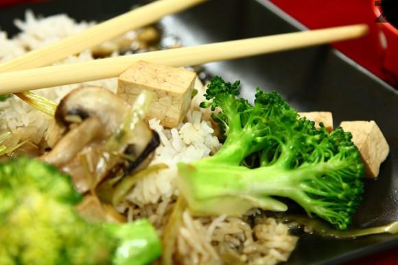 Тофу с броколи и печурки
