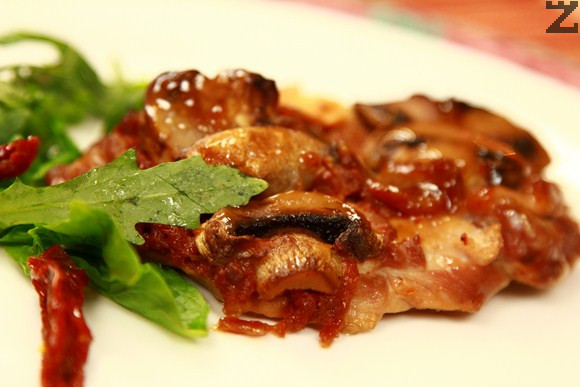 Печено пилешко с гъби и сушени домати
