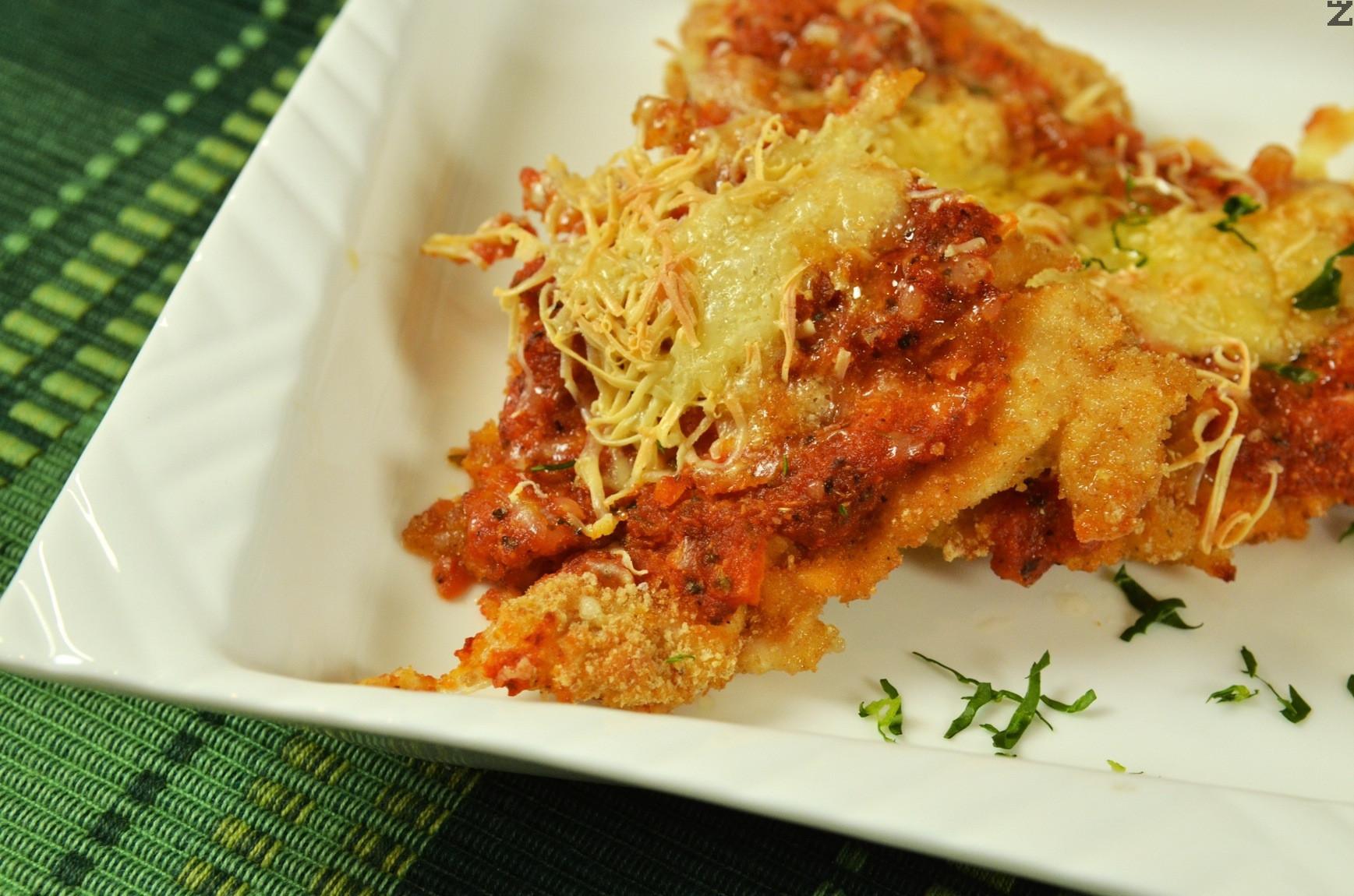 Пиле с Пармезан и доматен сос