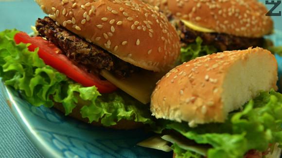 Вегетариански киноа бургер с червен боб