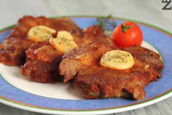 Пържоли с доматен сос и топено сирене