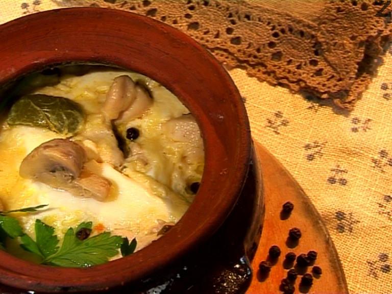 Пиле в гювече със зеленчуци, гъби и сирене