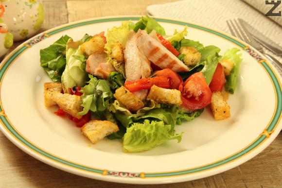 Зелена салата с пиле и крутони
