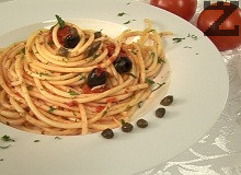 Букатини с каперси и черни маслини