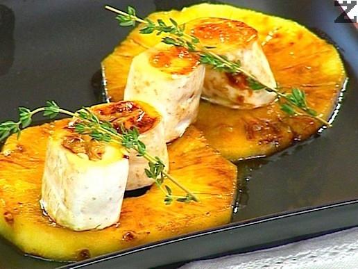 Френско козе сирене върху канапе от ананас