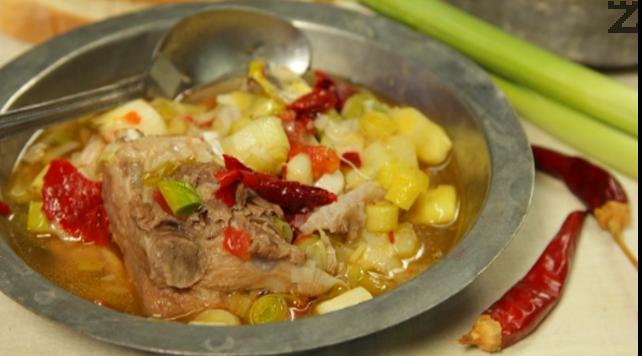 Свински кокал с праз лук и картофи