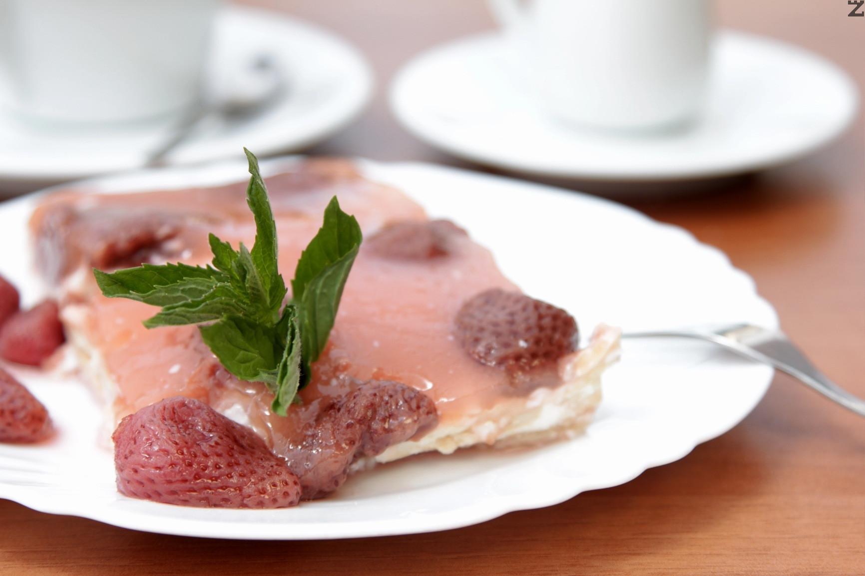 Бисквитена торта с ягоди Монтанезиум