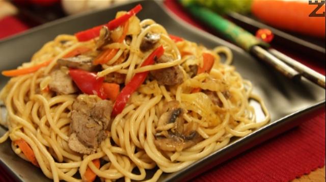 Свинско със спагети и зеленчуци