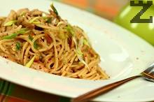 Спагети с пилешко и фъстъчен сос