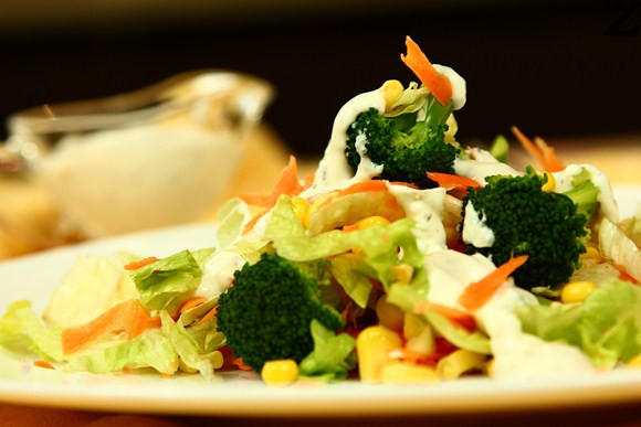 Зелена салата с броколи и ранч дресинг