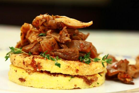 Качамак с гъби и доматен сос