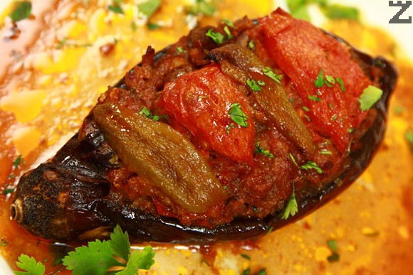 Пълнени патладжани с кайма и доматен сос
