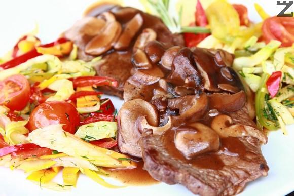 Телешко с горски гъби и сотирани зеленчуци