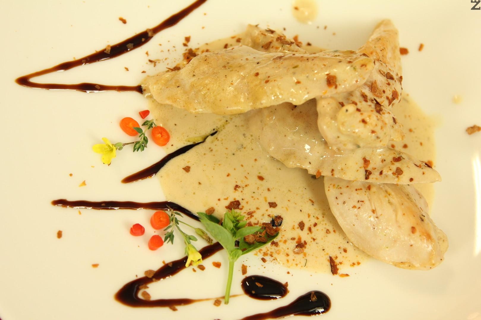 Пиле с топено сирене и песто