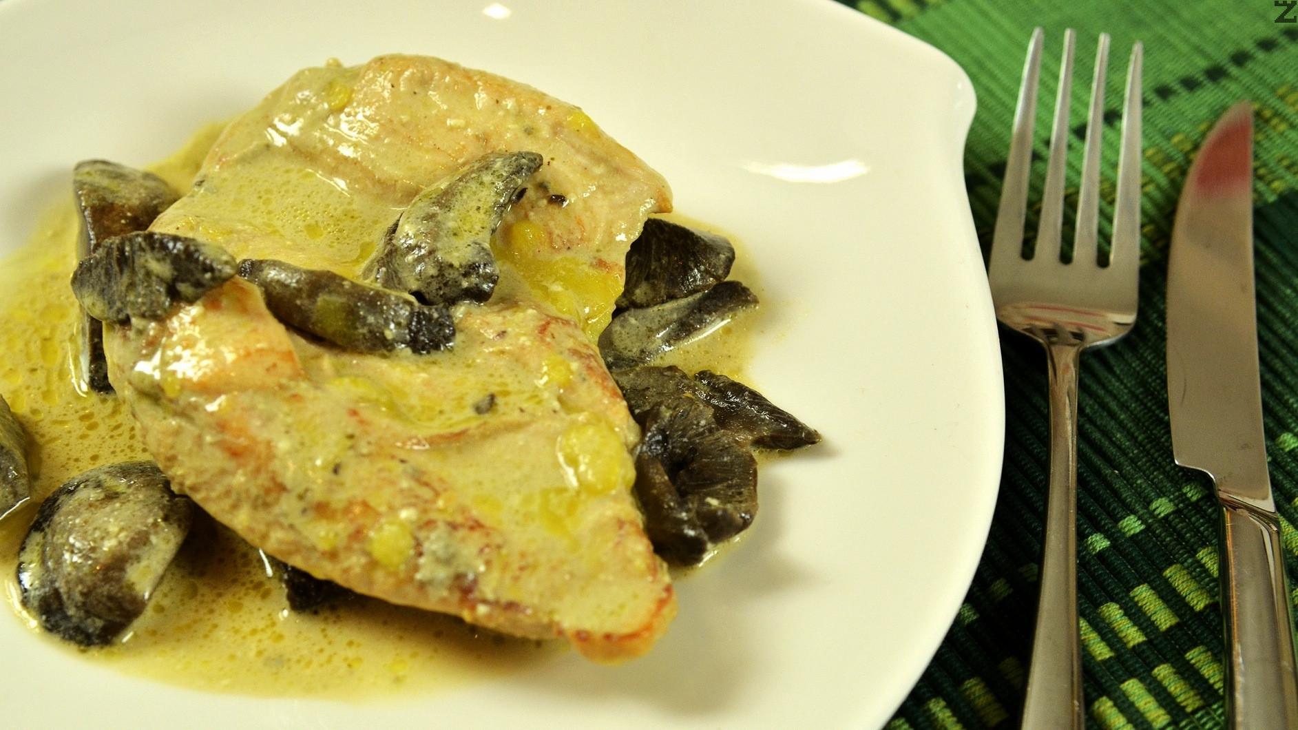 Пиле със гъби и синьо сирене