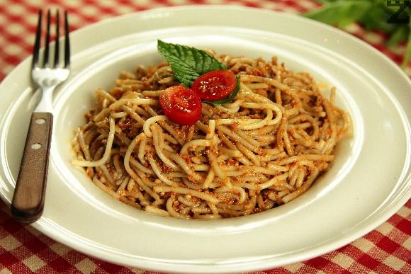Спагети с червено песто от домати и бадеми
