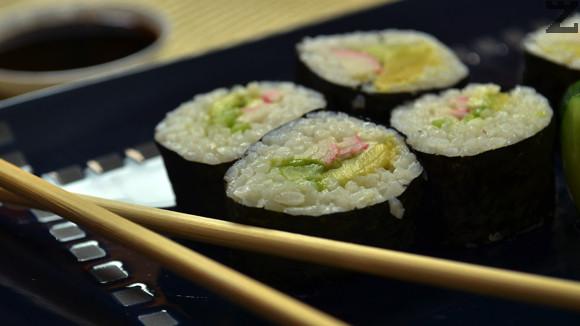 Маки Суши с авокадо и ролца раци