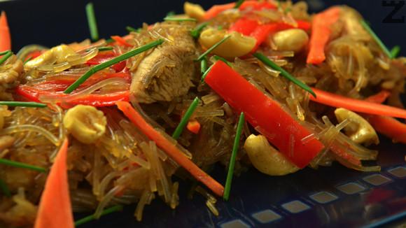 Пиле с къри и оризови нудълс
