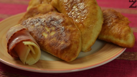 Месечинки ( мекици ) с шунка и кашкавал