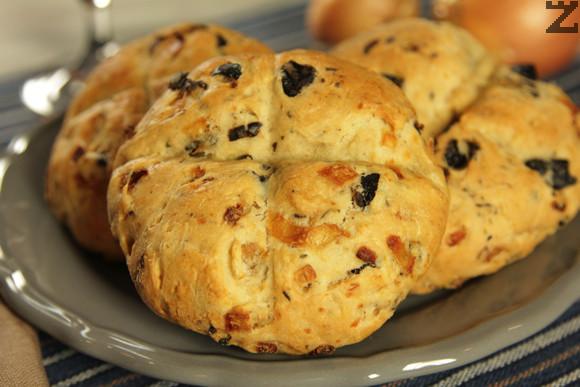 Маслинени хлебчета с лук