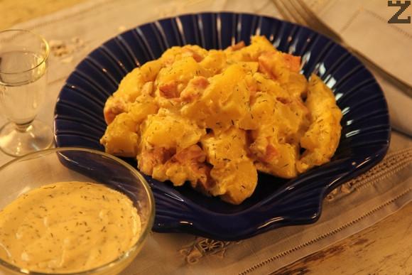 Картофена салата с шунка и синьо сирене