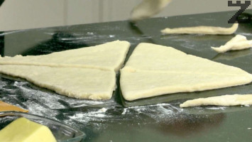 Разточва се на тънка кора. Изрязват се триъгълници.
