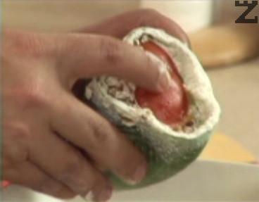 Пълним чушките с приготвената плънка, потапяме отворите в брашно. Затваряме с капаче от домат, отново потапяме в брашно, редим чушките в намаслена тава.