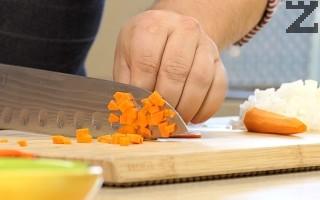 Лукът се нарязва на ситно, моркова на дребни кубчета. Нарязва се на ситно и целината.