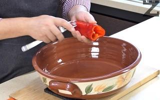 Чушките се почистват от семето и всяка чушка се набожда на няколко места с вилица.