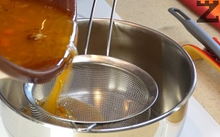 След като се изпекат се изваждат от гювеча и слагат в тава. Сосът в тавата се прецежда в малка касерола.