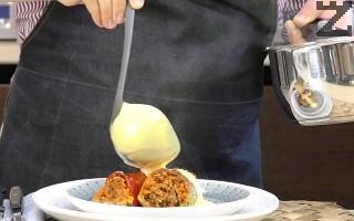 Изпечените чушки се заливат с готовия сос и сервират.
