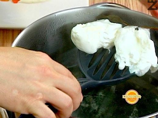Варим за 3-5 минути според желанието за рохко или твърдо сварено яйце.