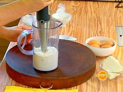 Изсипваме киселото мляко в купа, добавяме стрити скилидки чесън и пасираме. Добавяме настъргано на едро ренде сирене и размесваме добре.