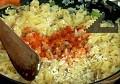 Разбъркваме, добавяме ориза, поръсваме с червен пипер. Изсипваме сварения боб и гъбите.