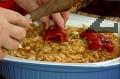 Изливаме зелевата чорба и зеленчуковия бульон, отгоре подреждаме чушките и маслините. Печем на 200 градуса за 30 мин.