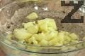 Почистваме и нарязваме ябълката на малки кубчета, прибавяме я към сместа. Изсипваме смлените лешници, поръсваме със сол и ванилия.