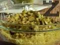 Прибавяме нарязаните гъби, поръсваме със сол, черен пипер, чубрица и стрит бульон. Изсипваме нарязаните на кубчета кисели краставички и шунка.