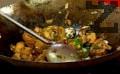 След като печурките омекнат, изсипваме маринованото тофу заедно с течността. Поръсваме със сол и захар, добавяме зелената част на пресния лук, прехвърляме при изпърженото зеле.