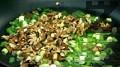 В загрята мазнина запържваме пресния лук и нарязаните на едро орехи.