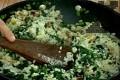 Поливаме с 50 мл зеленчуков бульон, изсипваме ориза. Варим на бавен огън 1-2 мин.
