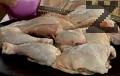 Разрязваме пилето на 8 порции, поръсваме го със сол и черен пипер.